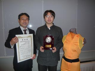 賞状と記念の盾を手に,スマートスーツと記念写真